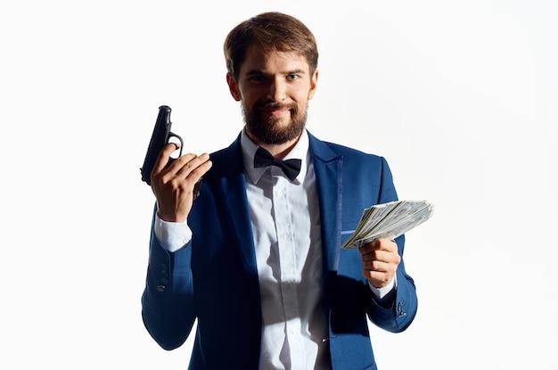 Biznesmeni z pistoletem w dłoni jasnym tle