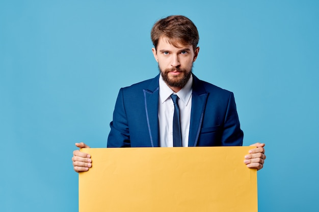 Biznesmeni żółty plakat makieta w ręku na białym tle
