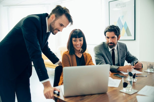 Biznesmeni zwracając uwagę na laptopie