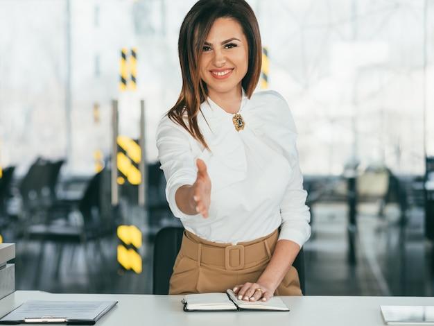 Biznesmenka. odnosząca sukcesy silna liderka