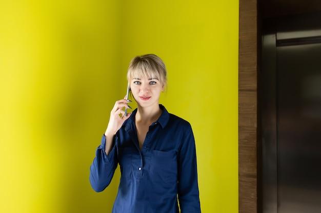 Biznesowa blondynka w biurze, przy telefonie
