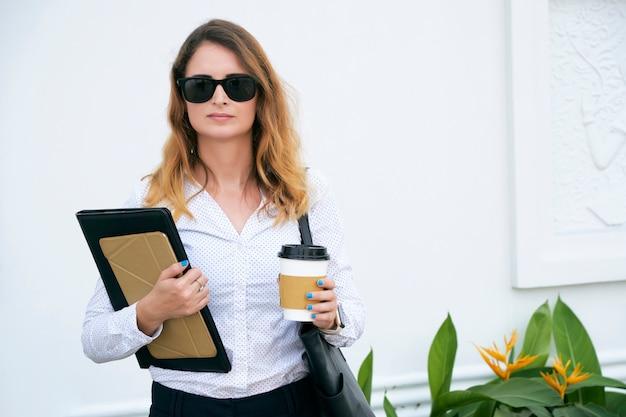 Biznesowa dama w okularach przeciwsłonecznych