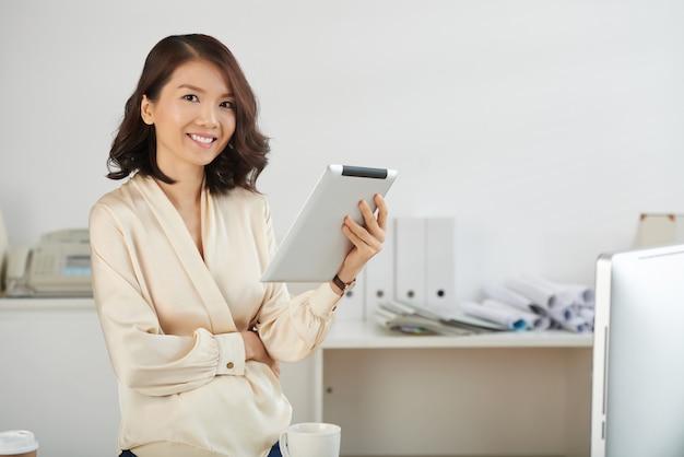 Biznesowa dama z pastylka komputerem
