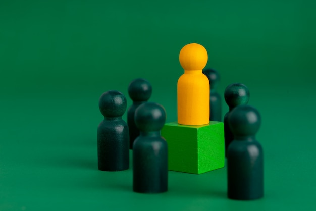 Biznesowa i hr globalna koncepcja drewnianych puzzli dla przywództwa i zespołu z lalką