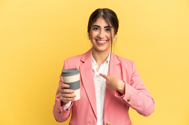 Biznesowa kaukaska kobieta odizolowana na żółtym tle z niespodzianką wyrazem twarzy
