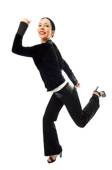 Biznesowa kobieta biegnie pospiesznie do pracy na białym