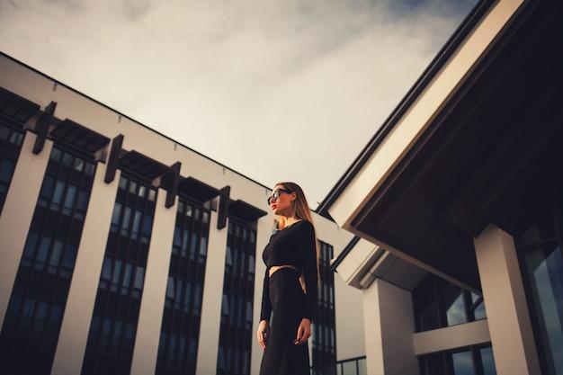 Biznesowa kobieta blisko budynku