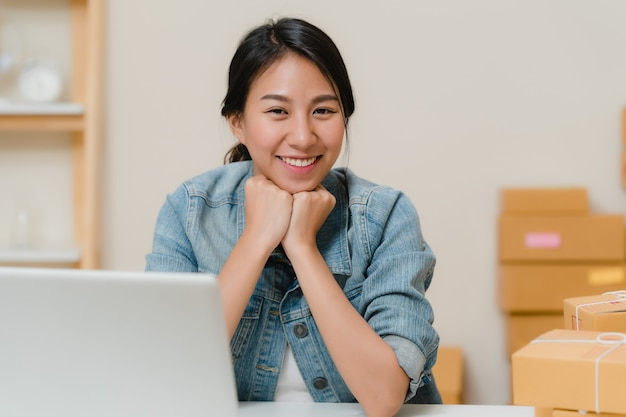Biznesowa kobieta czuje szczęśliwy ono uśmiecha się i patrzeje kamera podczas gdy pracujący w jej biurze w domu.