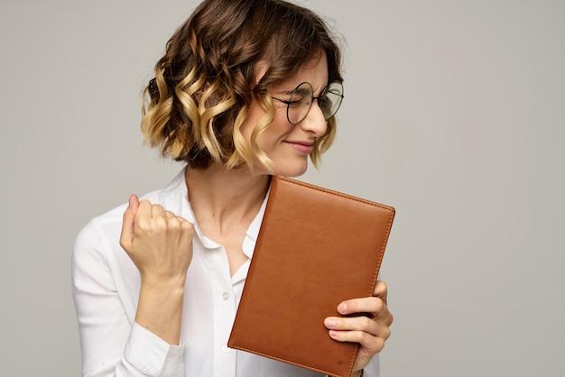 Biznesowa kobieta czyta z porządku obrad