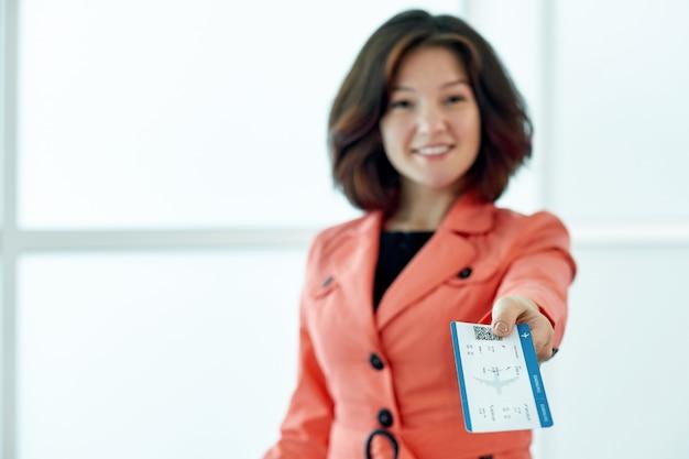 Biznesowa kobieta daje biletom czeka odjazd w lotnisku