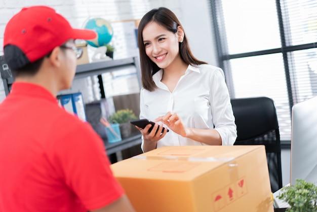 Biznesowa kobieta dostaje pudełko