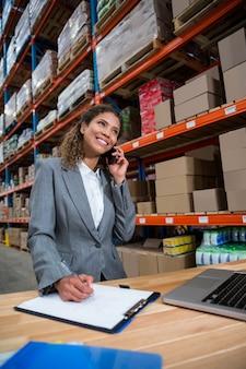 Biznesowa kobieta dzwoni na jej biurku