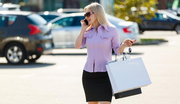 Biznesowa kobieta iść robić zakupy