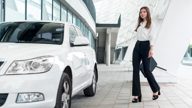 Biznesowa kobieta iść samochód