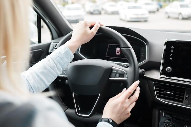 Biznesowa kobieta jedzie nowożytnego samochód