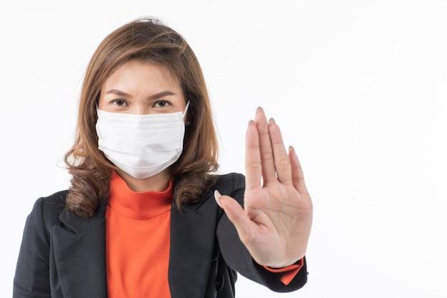 Biznesowa kobieta jest ubranym maskę robi zaprzeczenie gestowi w kostiumu