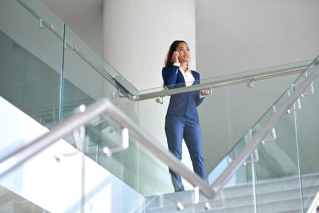 Biznesowa kobieta ma rozmowę telefonicza