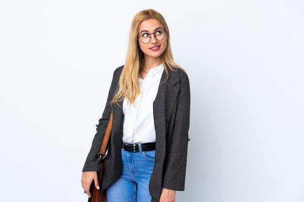 Biznesowa kobieta na odosobnionym białym śmia się i przyglądającym up