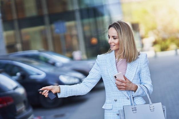 Biznesowa kobieta na parkingu. zdjęcie wysokiej jakości