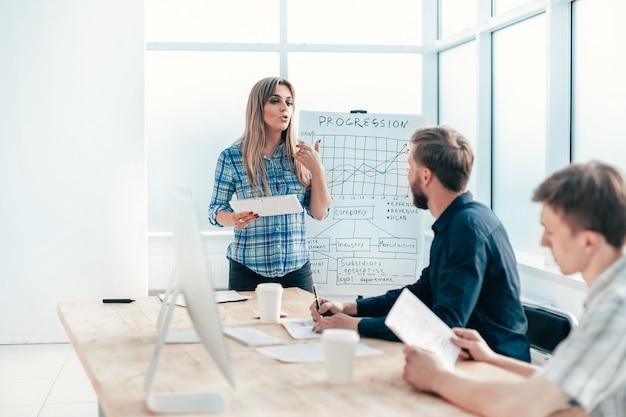 Biznesowa kobieta na spotkaniu z zespołem biznesowym