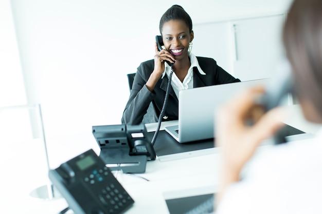 Biznesowa kobieta na telefonie