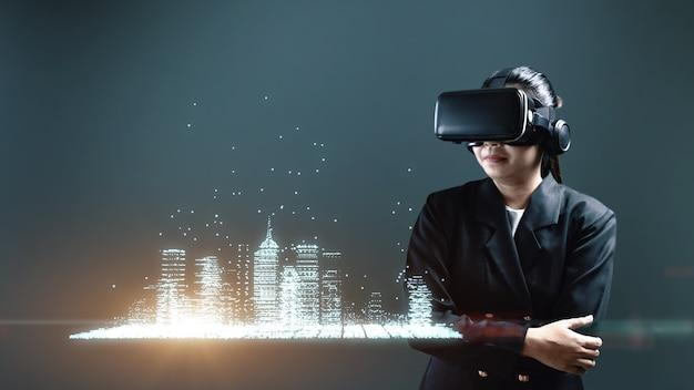 Biznesowa kobieta nosi gesty za pomocą zestawu słuchawkowego rozszerzonej rzeczywistości cyfrowego miasta, koncepcja zarządzania cyfrowego.