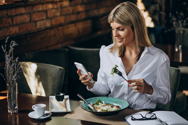 Biznesowa kobieta obiad w kawiarni