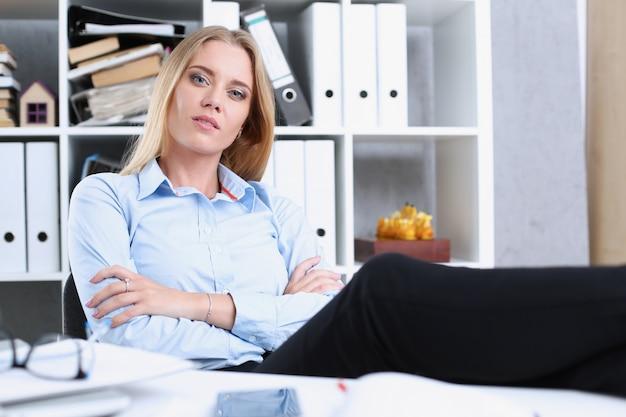 Biznesowa kobieta odpoczywa w biurze póżniej
