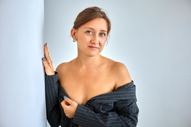 Biznesowa kobieta odsłoniła ramiona pod kurtką