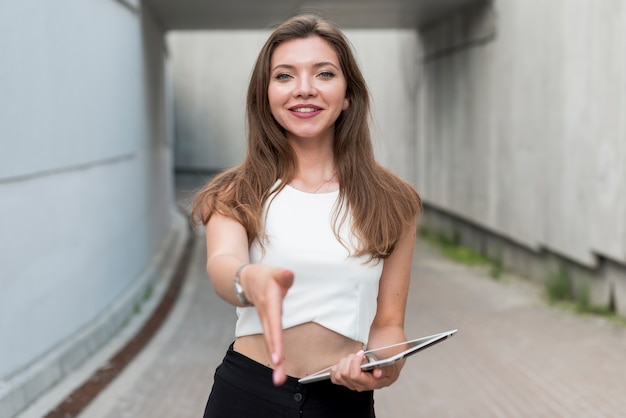 Biznesowa kobieta oferuje jej rękę