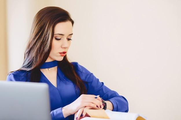 Biznesowa kobieta ogląda czas