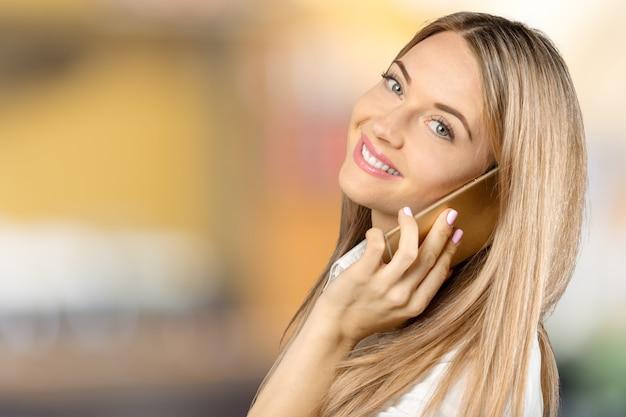 Biznesowa kobieta opowiada na jej telefonie komórkowym