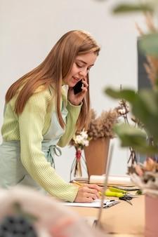 Biznesowa kobieta opowiada na telefonie