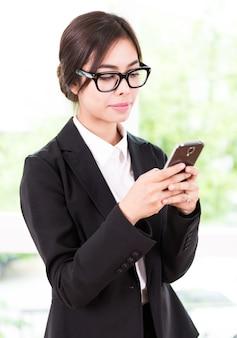 Biznesowa kobieta opowiada telefon komórkowego
