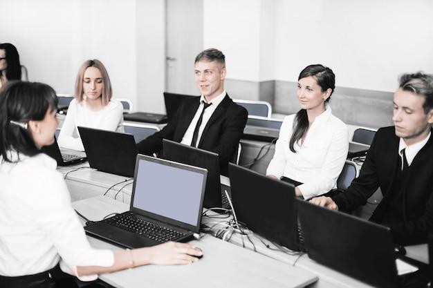 Biznesowa kobieta organizuje seminarium z zespołem biznesowym. ludzie i technologia