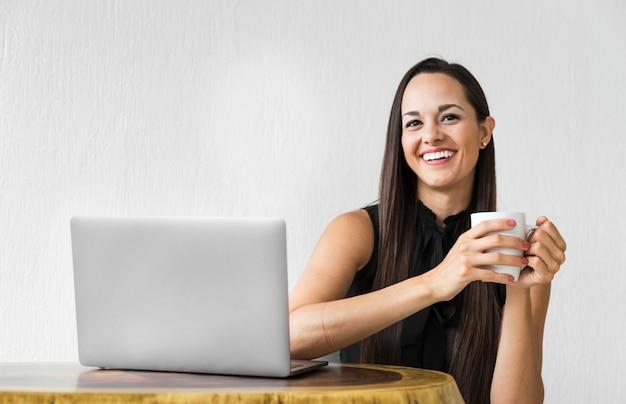 Biznesowa kobieta patrzeje kamerę i pozować