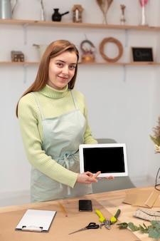 Biznesowa kobieta pokazuje pastylkę