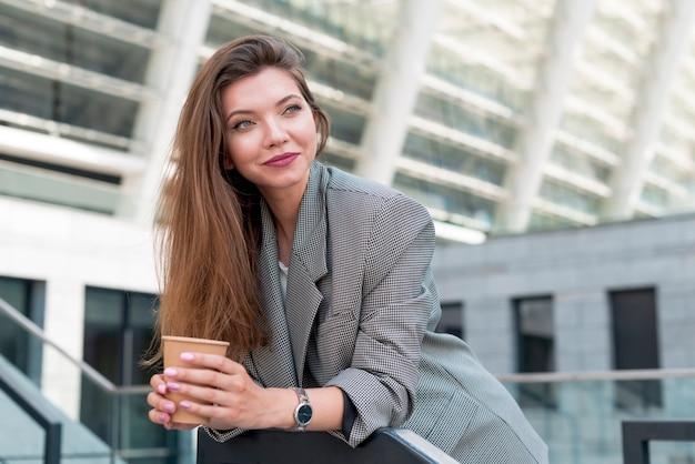 Biznesowa kobieta pozuje w ulicie