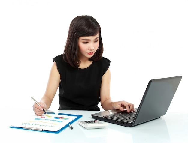 Biznesowa kobieta pracuje na jej biurku
