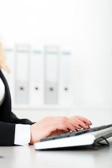 Biznesowa kobieta pracuje na komputerze