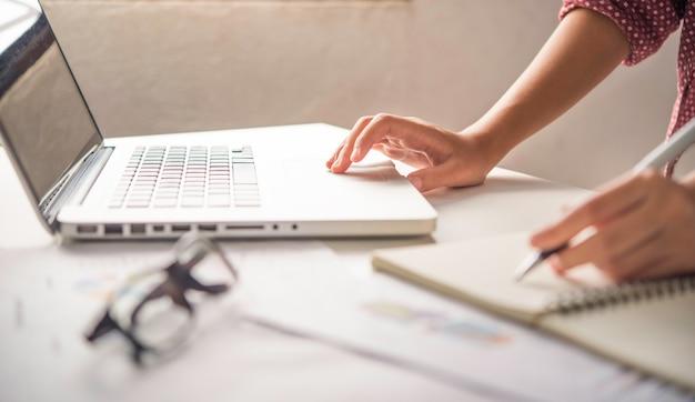 Biznesowa kobieta pracuje na laptopie w biurze