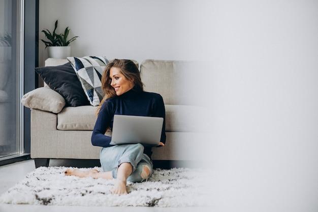 Biznesowa kobieta pracuje na laptopie w domu