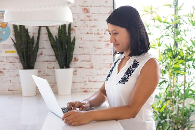 Biznesowa kobieta pracuje na laptopie