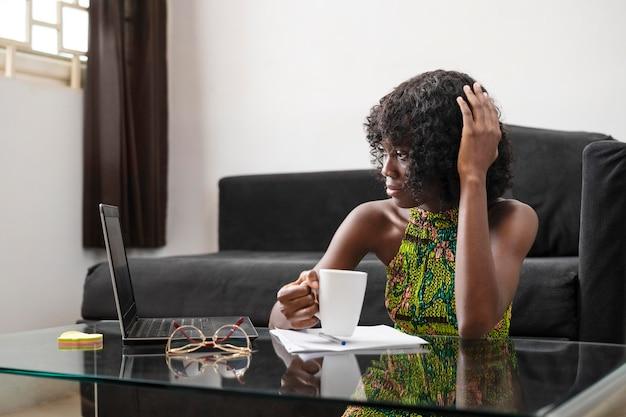 Biznesowa kobieta pracuje online w domu