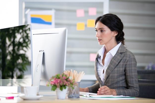 Biznesowa kobieta pracuje w biurze