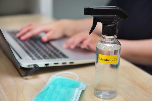 Biznesowa kobieta pracuje w domu, aby zapobiec rozprzestrzenianiu się coronavirus covid-19