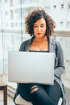 Biznesowa kobieta pracuje w domu