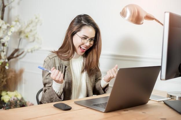 Biznesowa kobieta pracuje w jej biurowym biurku