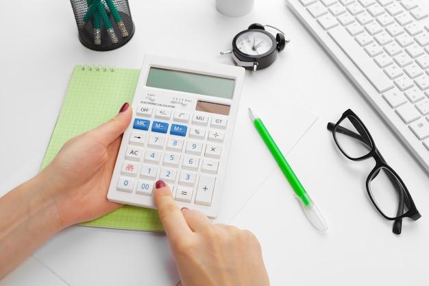 Biznesowa kobieta pracuje z pieniężnymi dane