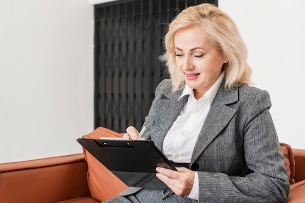 Biznesowa kobieta przy biurem
